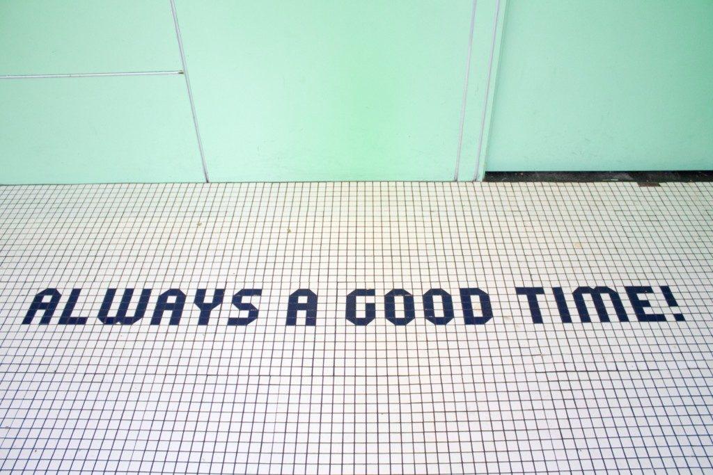 """床のタイルに """"Always a good time"""" と書かれた画像"""