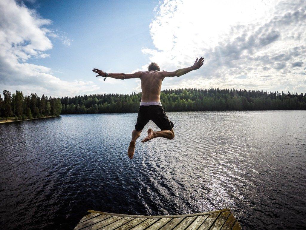 男性が水に飛び込む画像