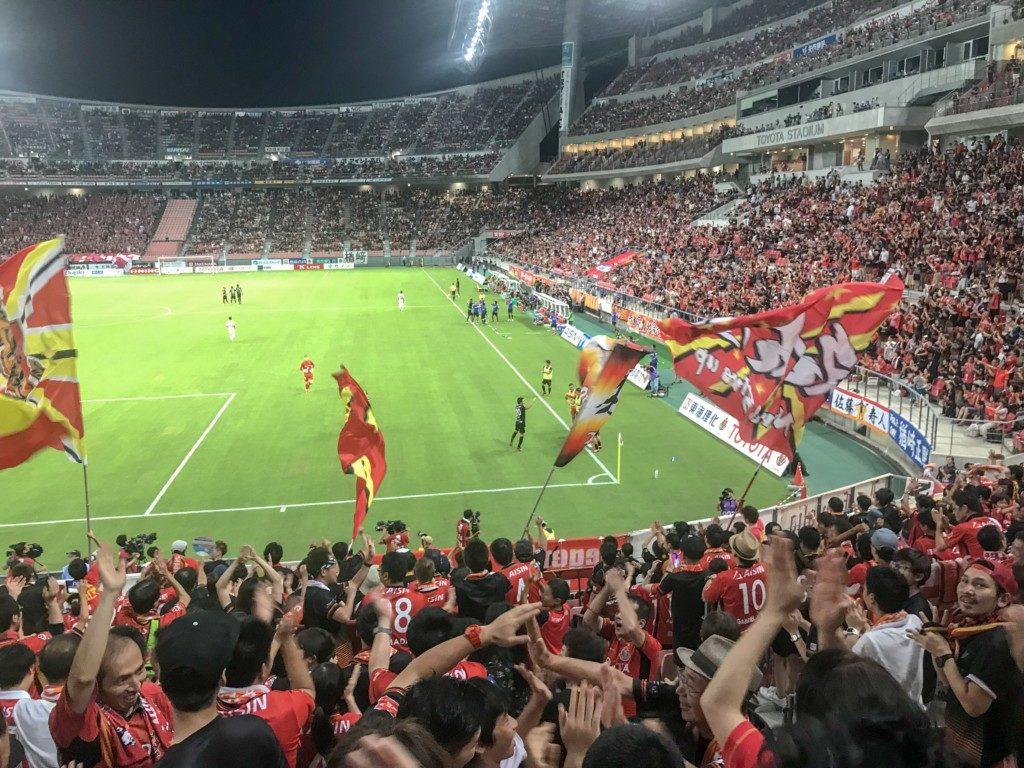 ゴールが決まってスタジアムが湧いている写真