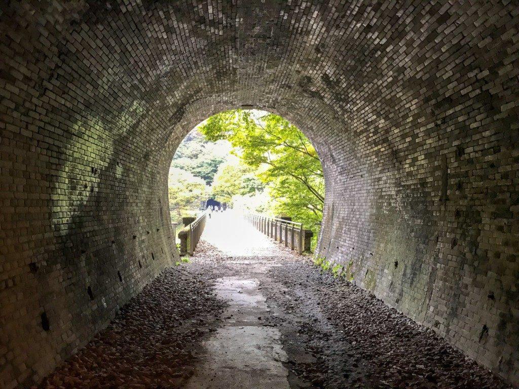 トンネル内から外を見た写真