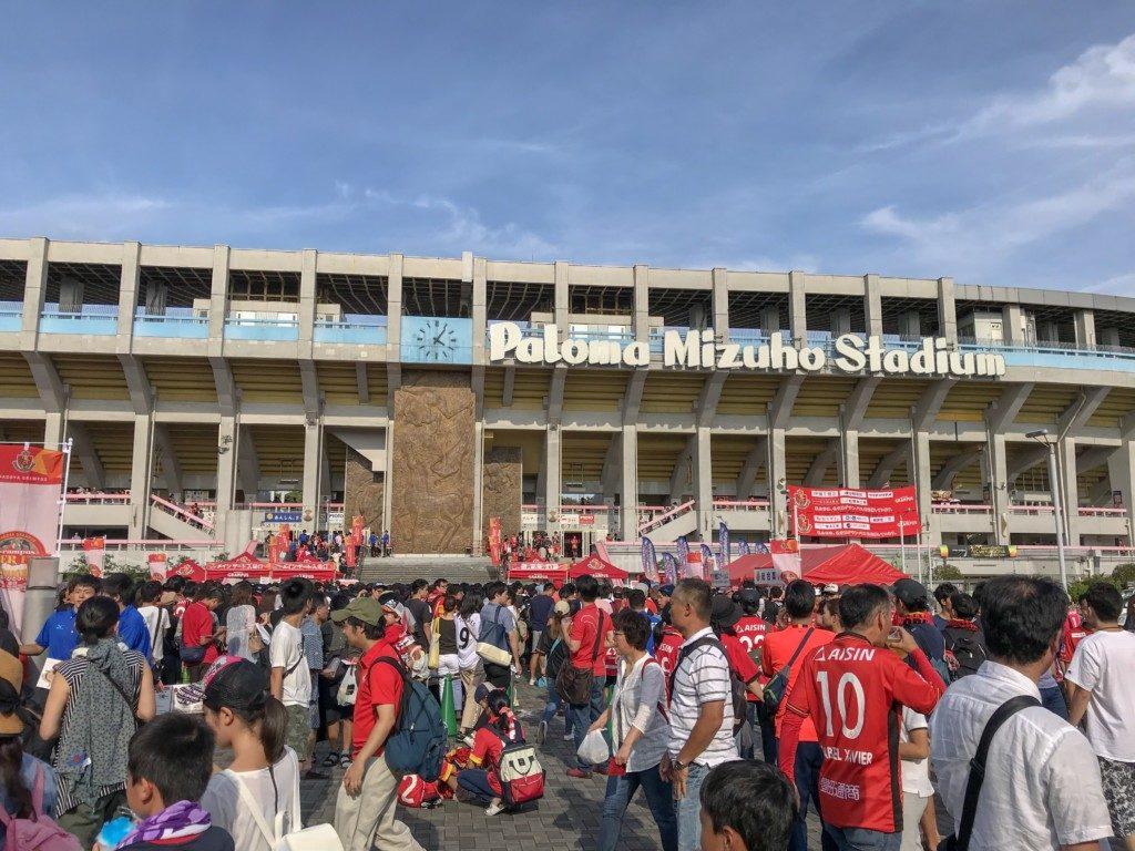 試合前の賑わうスタジアムの画像